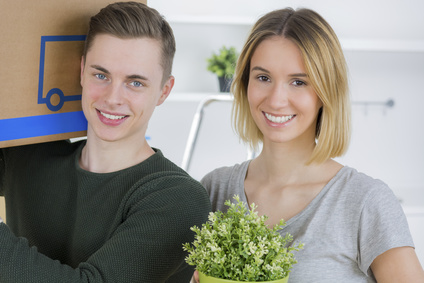 junges studentenpaar beim umzug mietpreisspiegel tabelle. Black Bedroom Furniture Sets. Home Design Ideas